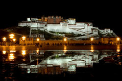 Opinião da noite do palácio de Potala Fotos de Stock Royalty Free