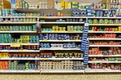 Opinião da prateleira do supermercado Imagens de Stock