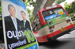 Opinião da rua com cartaz tailandês da eleição Fotos de Stock Royalty Free
