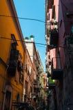 Opinião da rua da cidade velha na cidade de Nápoles Imagens de Stock