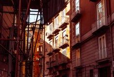 Opinião da rua da cidade velha na cidade de Nápoles Foto de Stock