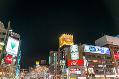 Opinião da rua das construções em torno da noite da cidade Imagem de Stock Royalty Free