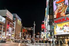 Opinião da rua das construções em torno da noite da cidade Fotografia de Stock