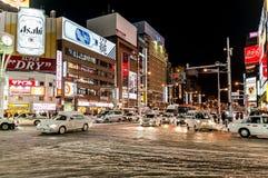 Opinião da rua das construções em torno da noite da cidade Fotos de Stock Royalty Free