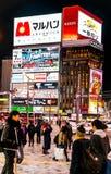 Opinião da rua das construções em torno da noite da cidade Fotos de Stock