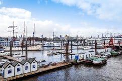 Opinião da rua do navio de cruzeiros no porto de Hamburgo, Alemanha Foto de Stock Royalty Free