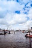 Opinião da rua do navio de cruzeiros no porto de Hamburgo, Alemanha Imagens de Stock Royalty Free