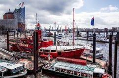 Opinião da rua do navio de cruzeiros no porto de Hamburgo, Alemanha Imagem de Stock