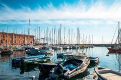 Opinião da rua do porto de Nápoles com barcos Fotos de Stock Royalty Free