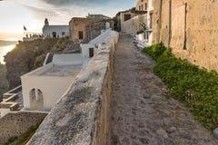Opinião do por do sol da rua em Fira, ilha de Santorini, Thira, Grécia Imagens de Stock
