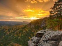 A opinião do por do sol do outono sobre o arenito balança ao vale colorido da queda de Suíça boêmio Picos do arenito na floresta Fotos de Stock Royalty Free