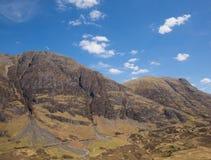 Opinião elevado BRITÂNICA de Glencoe Escócia de montanhas escocesas famosas do vale e da estrada distante Fotos de Stock