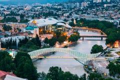 Opinião iluminada superior de Cityspape do Rio Kura sob pontes e C Fotos de Stock Royalty Free