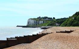 Opinião Kent Reino Unido da praia e dos penhascos de Kingsdown Foto de Stock