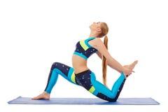 Opinião lateral a jovem mulher bonita que faz a ginástica aeróbica Fotografia de Stock Royalty Free