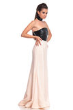 Opinião lateral uma jovem mulher no vestido de noite longo Imagem de Stock Royalty Free