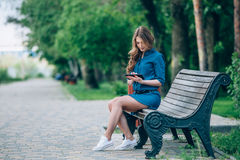 Opinião lateral uma jovem mulher que usa o tablet pc Imagem de Stock