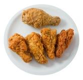Opinião superior Fried Chicken Wings profundo no prato branco Fotos de Stock Royalty Free