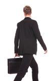 Opinião traseira um homem de negócio de passeio Imagens de Stock