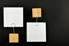 Opinione opposta, due note di carta sul nero per la presentazione Immagini Stock