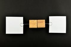 Opinione opposta, due note di carta sul nero per la presentazione Fotografia Stock Libera da Diritti