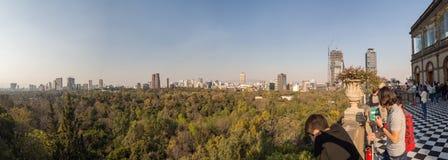 Opiniones coloniales del castillo de Chapultepec de Ciudad de México, colina, parque, edificios Imagen de archivo libre de regalías