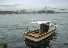 Opiniones de Estambul Bosphorus y un hombre que descansa sobre el barco Fotos de archivo libres de regalías