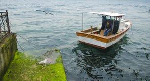 Opiniones de Estambul Bosphorus y un hombre que descansa sobre el barco Fotos de archivo