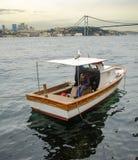 Opiniones de Estambul Bosphorus y un hombre que descansa sobre el barco Fotografía de archivo
