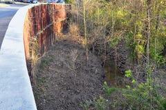 Opiniones de la barrera del aliviadero y de la inundación del dique del metal a proteger contra la inundación por Opryland a lo l imagenes de archivo