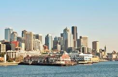 Opiniones de la costa del embarcadero 70 en Seattle, Washington con el horizonte en el fondo fotografía de archivo libre de regalías