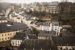 Opiniones de la niebla del invierno de la ciudad de Luxemburgo imágenes de archivo libres de regalías