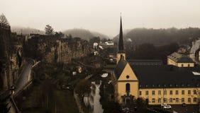 Opiniones de la niebla del invierno de la ciudad de Luxemburgo Imagen de archivo libre de regalías