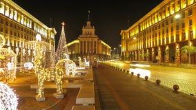 Opiniones de la noche de Sofía céntrica con las decoraciones de la Navidad bulgaria foto de archivo libre de regalías