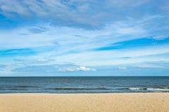 Opiniones de la playa Por el mar y el cielo imagen de archivo