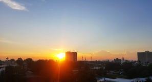 Opiniones de la puesta del sol en la ciudad Foto de archivo