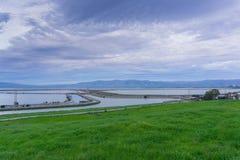 Opiniones de la puesta del sol de las charcas diques de la área de la Bahía de San Francisco del sur, Sunnyvale, California foto de archivo