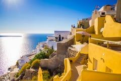 Opiniones de Santorini en la caldera del pueblo hermoso de Oia Imagen de archivo libre de regalías