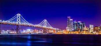 Opiniones del puente de la bahía de Oakland cerca de San Francisco California en el ev Fotos de archivo libres de regalías