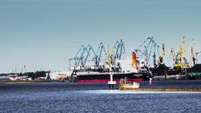 Opiniones del puerto La nave, muchas grúa de trabajo, carros del tren, montañas del carbón metrajes