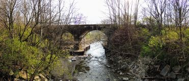 Opiniones del río, del árbol y del parque alrededor de Bean Creek Garfield Park en Indianapolis Indiana foto de archivo