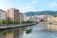 Opiniones del riverbank de Bilbao el día soleado imagen de archivo