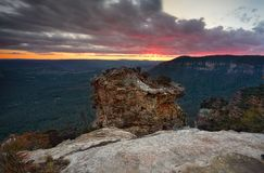 Opiniones del valle después de la puesta del sol de la roca principal de los verracos imagen de archivo libre de regalías