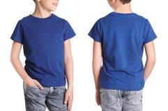 Opiniones delanteras y traseras el niño pequeño en camiseta azul fotos de archivo