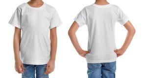 Opiniones delanteras y traseras el niño pequeño en camiseta en blanco en el fondo blanco Maqueta para el diseño imágenes de archivo libres de regalías