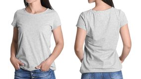 Opiniones delanteras y traseras la mujer joven en camiseta gris foto de archivo