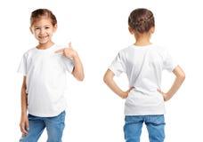 Opiniones delanteras y traseras la niña en camiseta en blanco imagenes de archivo