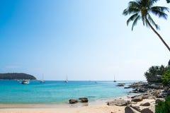 Opiniones hermosas de la playa del mar en Tailandia imagen de archivo