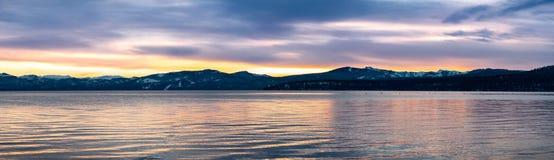 Opiniones hermosas de la puesta del sol del lago Tahoe, California foto de archivo