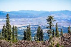 Opiniones hermosas del valle cerca de la montaña de Shasta, el condado de Siskiyou, California septentrional fotos de archivo